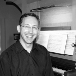 Der Pianist René Rolle begleitet das Konzert auf dem Klavier.